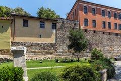 Rua de pedrinha e casas do século XIX na cidade velha da cidade de Plovdiv, Bulga imagem de stock royalty free