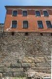 Rua de pedrinha e casas do século XIX na cidade velha da cidade de Plovdiv, Bulga imagens de stock royalty free