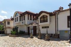 Rua de pedrinha e casas do século XIX na cidade velha da cidade de Plovdiv, Bulga imagem de stock