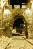 Rua de pedrinha sob a entrada antiga da fortaleza da cidade velha da cidade de Plovdiv, Bulgária Fotos de Stock
