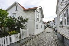 rua de pedrinha tradicional com as casas de madeira na cidade velha de Stavanger, Noruega Fotografia de Stock