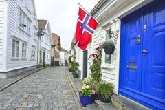 rua de pedrinha tradicional com as casas de madeira na cidade velha de Stavanger, Noruega Imagens de Stock Royalty Free