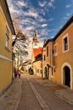 Rua de Pfarrgasse do centro de cidade histórico durante o tempo do Natal Cidade de Moedling, Baixa Áustria imagem de stock