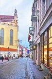 Rua de Pilies na cidade velha de Vilnius em Lituânia fotografia de stock