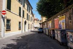 Rua de Ravenna, Itália com os escaninhos de desperdício seletivos foto de stock royalty free