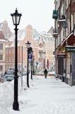 Rua de Riga velho no dia da neve Imagem de Stock Royalty Free
