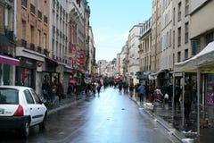 Rua de Rue de la Republique ou de Republique em St Denis fotos de stock