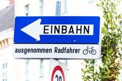 Rua de sentido único, sinal de estrada com adicional Imagens de Stock