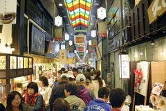 Rua de Shinkyogoku-dori imagens de stock royalty free