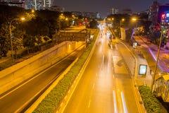 Rua de Singapura na noite imagens de stock royalty free