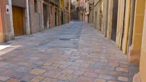 Rua de Tarragona, Catalonia, Espanha, estabelecendo construções velhas da cidade do tiro vídeos de arquivo