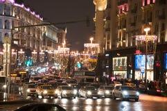 A rua de Tverskaya do quadrado central de Manege no tempo do Natal, tráfego na rua Foto de Stock
