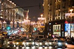 Rua de Tverskaya vista do quadrado central de Manege no tempo do Natal, tráfego na rua Fotografia de Stock