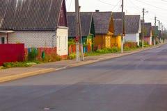 Rua de uma cidade pequena com casas privadas rurais Foto de Stock Royalty Free