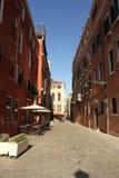 Rua de Veneza no inverno durante o carnaval Foto de Stock Royalty Free