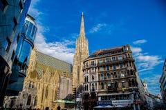 A rua de Viena, vê a catedral de St Stephen foto de stock
