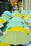 Rua decorada com guarda-chuvas coloridos Imagens de Stock Royalty Free