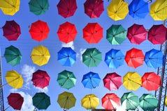 Rua decorada com guarda-chuvas coloridos Imagem de Stock