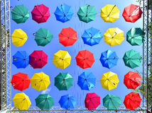 Rua decorada com guarda-chuvas coloridos Fotografia de Stock