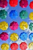 Rua decorada com guarda-chuvas coloridos Foto de Stock