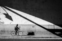 A rua disparou com um motociclista em Roma imagens de stock royalty free