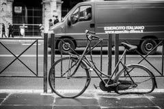 A rua disparou de uma bicicleta quebrada em Roma imagem de stock