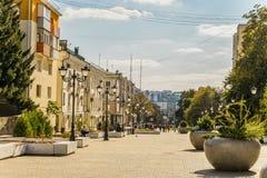 Rua do aniversário quinquagésimo da região de Belgorod Rua pedestre no centro residencial velho da cidade Belgorod Foto de Stock