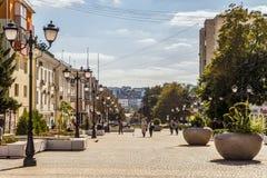 Rua do aniversário quinquagésimo da região de Belgorod Rua pedestre no centro residencial velho da cidade Envi urbano Foto de Stock Royalty Free