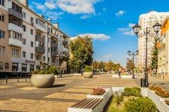 Rua do aniversário quinquagésimo da região de Belgorod Rua pedestre no centro residencial velho da cidade Envir da cidade Fotografia de Stock Royalty Free