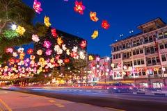 A rua do bairro chinês é decorada com as lanternas de papel coloridas para Imagem de Stock