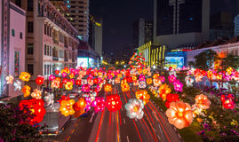 A rua do bairro chinês é decorada com as lanternas de papel coloridas para Imagens de Stock Royalty Free