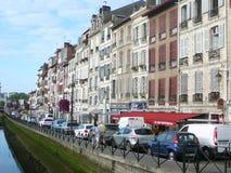 Rua do beira-rio com carros estacionados Foto de Stock