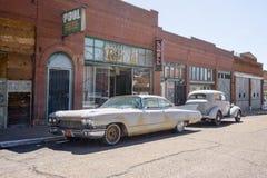 Rua do centro com carros velhos Fotografia de Stock Royalty Free