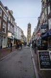 Rua do centro da cidade de Utrecht com muitos povos que andam durante o dia bautiful do outono Imagens de Stock