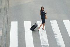Rua do cruzamento da mulher de negócio com sacos do curso Imagem de Stock Royalty Free