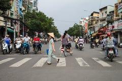 Rua do cruzamento da mulher em Vietname Imagem de Stock