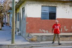 Rua do cruzamento do homem, Cienfuegos, Cuba Fotos de Stock Royalty Free
