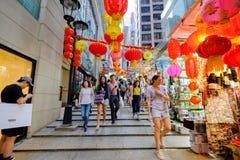 A rua do distrito central, nahae de Hong Kong backpacks bens e turistas da compra Fotos de Stock