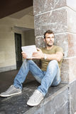 Rua do homem com tablet pc fotografia de stock