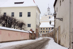 Rua do ignatius de Saint no oldtown Vilnius do inverno Foto de Stock Royalty Free
