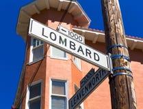 A rua do Lombard de San Francisco assina dentro Califórnia Foto de Stock Royalty Free