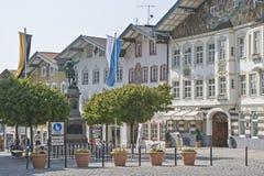 Rua do mercado - a zona center e pedestre em Toelz mau fotos de stock royalty free