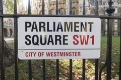 A rua do Parliament Square assina dentro Londres, na frente da abadia de Westminster um populair fotos de stock royalty free