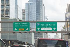 A rua do túnel de Holland assina dentro Manhattan, New York City foto de stock