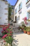Rua do vintage de Alacati com as flores em Cesme, Izmir foto de stock