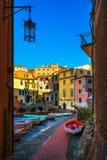 Rua e barcos da vila de Tellaro Terre de Cinque, Ligury Itália imagens de stock