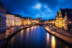 Rua e canal de Graslei na noite Ghent, Bélgica Fotos de Stock