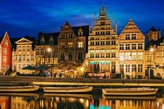 Rua e canal de Graslei na noite Ghent, Bélgica Imagem de Stock