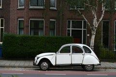 Rua e carro velhos Fotografia de Stock Royalty Free