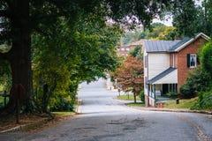 Rua e casas em Salem Historic District idoso, em Winston imagens de stock